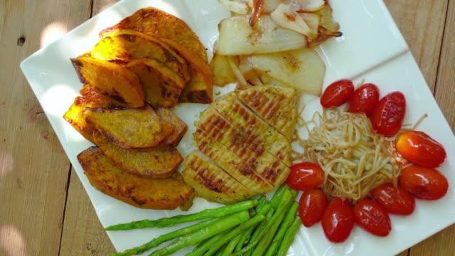 焼きグリル柔らかい鶏の切り身、低炭水化物ダイエット食品 - オルタナティブカルチャー点の映像素材/bロール