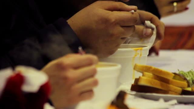 Charity-Veranstaltungen. Helfende obdachlos. Armut und Hunger herrschen Personen essen, warmes – Video