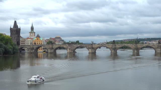 プラハチャールズ橋で - チェコ共和国点の映像素材/bロール