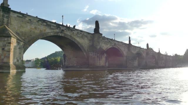カレル橋。ヴルタヴァ川。ヴルタヴァ川とプラハ プラハの美しいビューを表示します。 - チェコ共和国点の映像素材/bロール