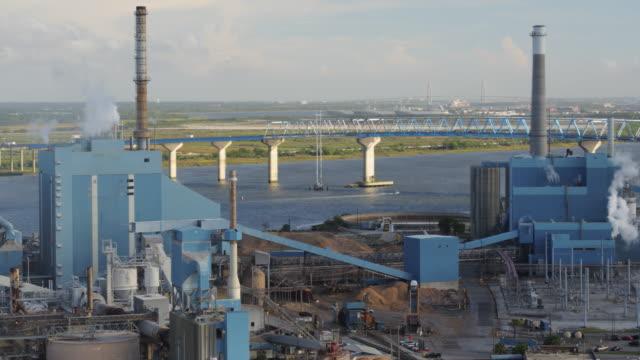 vídeos y material grabado en eventos de stock de charleston south carolina aerial v102 vista panorámica de la fábrica de papel, autopista - gran inauguración
