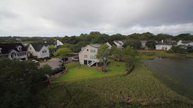 charleston south carolina westchester aerial v29 fliegen niedrig über nachbarschaft mit sackgasse detail - niedrig stock-videos und b-roll-filmmaterial