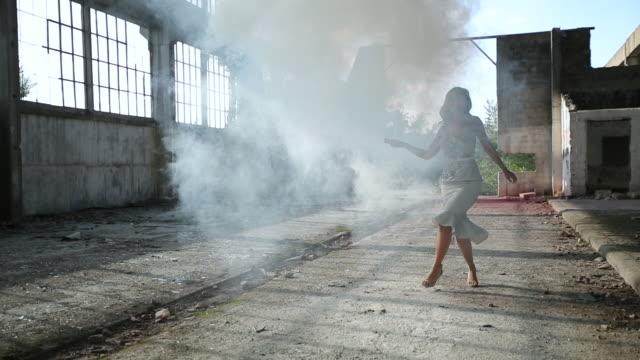 Charmante Dame in elegantem Kleid stehend in Rauch – Video