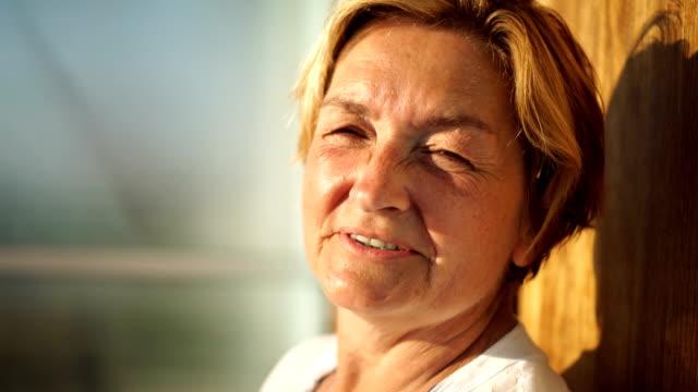 vídeos y material grabado en eventos de stock de mujer mayor encantadora - sonrisa con dientes