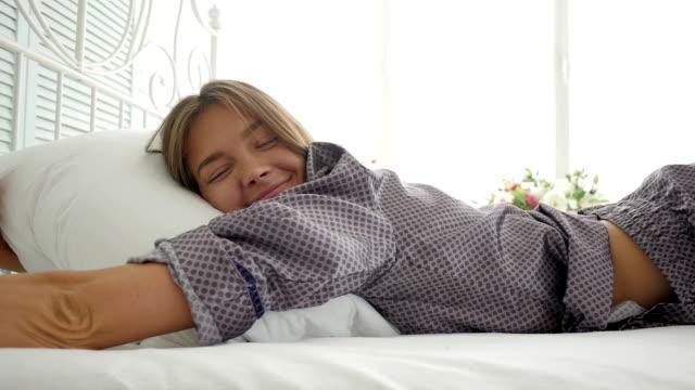vídeos y material grabado en eventos de stock de encantadora niña abrazando almohada dormir - almohada