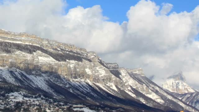 chartreusse montagne coperte di neve - geografia fisica video stock e b–roll
