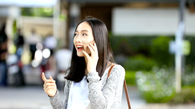 chat girl video chat with friends in outdoor locations. - auricolari wireless video stock e b–roll