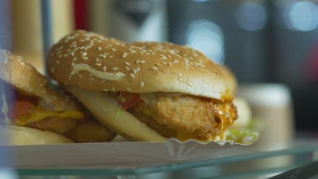 저렴 한 패스트 푸드 햄버거 - burger and chicken 스톡 비디오 및 b-롤 화면