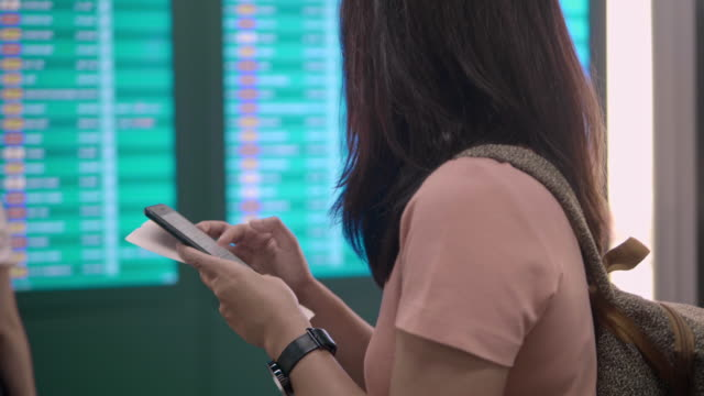 check flight at the airport - турист с рюкзаком стоковые видео и кадры b-roll