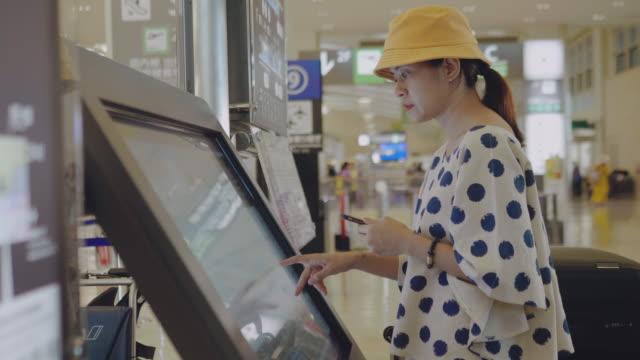 checka in flyg från kiosk maskin - pekskärm bildbanksvideor och videomaterial från bakom kulisserna