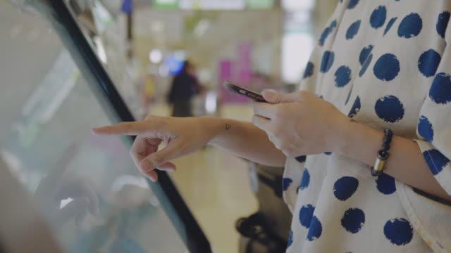 vídeos de stock e filmes b-roll de check in flight from kiosk machine - ecrã tátil