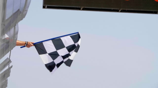 checkered race flag - karo stock-videos und b-roll-filmmaterial