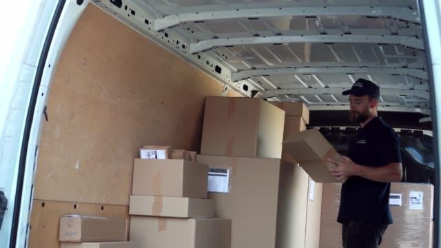 überprüfen einer liste von paketen - van stock-videos und b-roll-filmmaterial