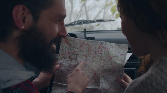 stockvideo's en b-roll-footage met controleren van een kaart in een auto - roadmap