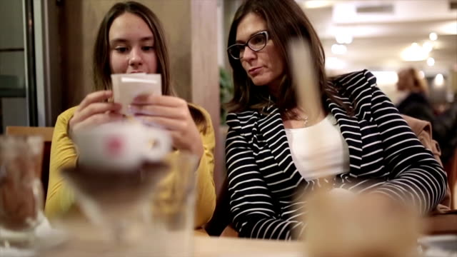 checking accounts in the restaurant - preadolescente video stock e b–roll