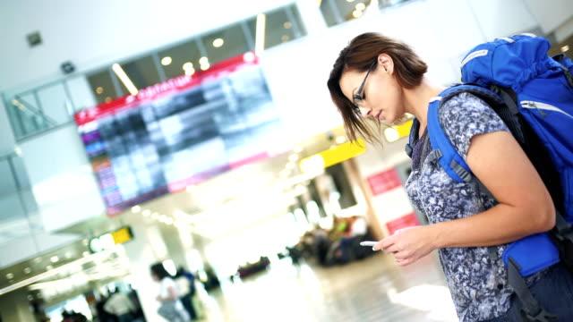 checking flight timetable - турист с рюкзаком стоковые видео и кадры b-roll