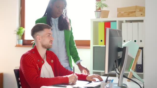 彼の作業の進捗状況を確認する - プロジェクトマネージャー点の映像素材/bロール