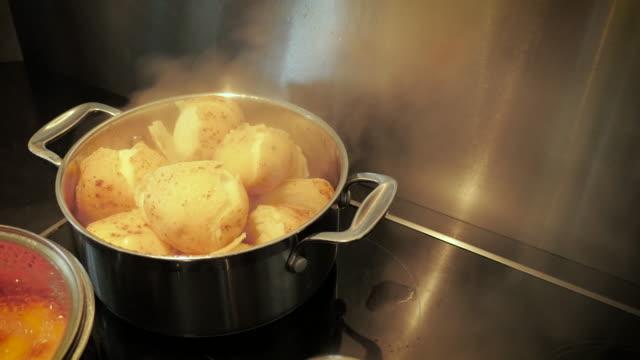 markieren, wenn kartoffeln und karrotten fertig sind - dampfkochen stock-videos und b-roll-filmmaterial