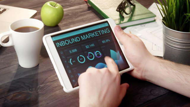 inbound unterlagen marketing mit digital-tablette am schreibtisch - zielscheibe stock-videos und b-roll-filmmaterial