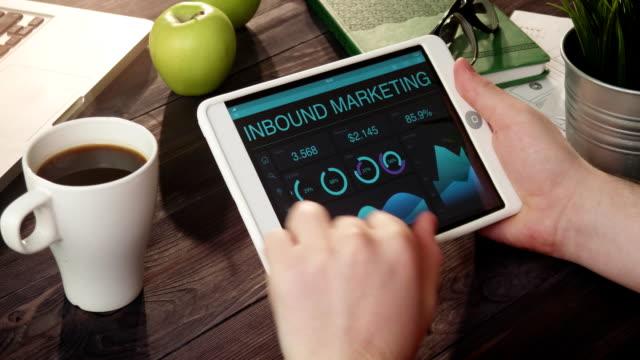 vidéos et rushes de vérification des documents marketing entrants à l'aide de tablette numérique - entonnoir