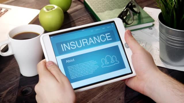 kolla försäkring info med digital tablett - försäkring bildbanksvideor och videomaterial från bakom kulisserna