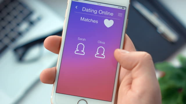 vídeos de stock e filmes b-roll de checking new messages on dating app on the smartphone - namorar