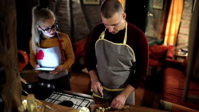 vidéos et rushes de vérification des réseaux sociaux pendant qu'il cuisine pour moi - recette