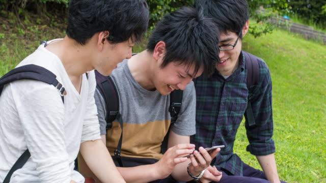 vidéos et rushes de consulter les réseaux sociaux - culture japonaise