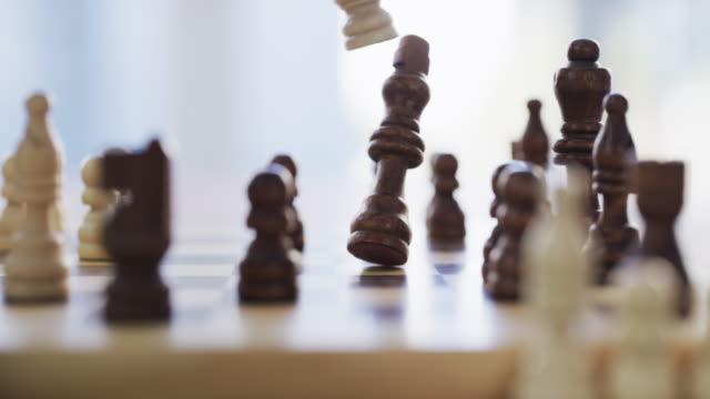 schachmatt! - könig schachfigur stock-videos und b-roll-filmmaterial