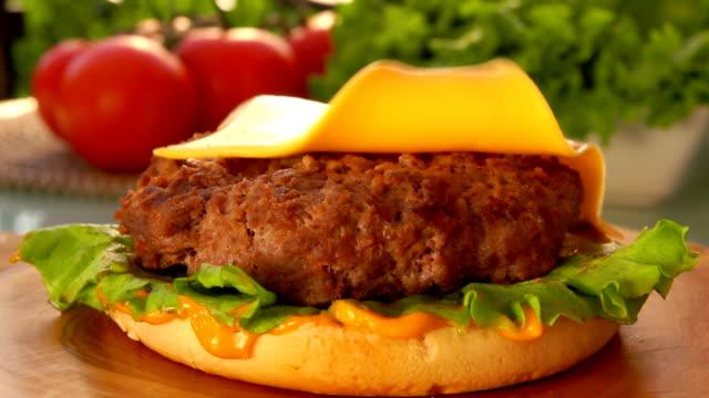cheddarost faller på en ostburgare - cheese sandwich bildbanksvideor och videomaterial från bakom kulisserna