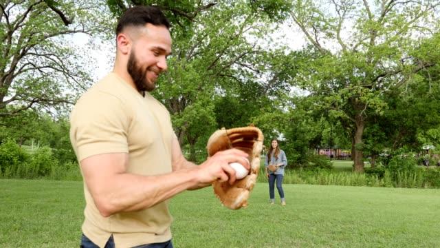 vídeos de stock, filmes e b-roll de os irmãos adultos alegres lanç o basebol durante a reunião de família - atividade