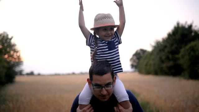 bambino allegro e suo padre fuori in natura - padre single video stock e b–roll