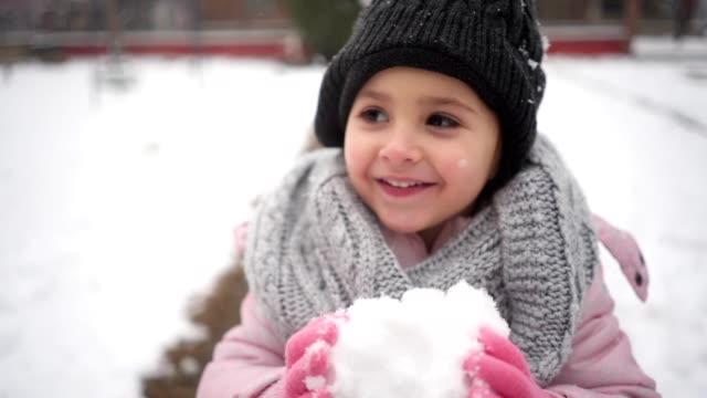glada barn äta snö utomhus - snow kids bildbanksvideor och videomaterial från bakom kulisserna