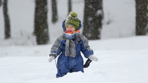 vídeos de stock e filmes b-roll de cheerful child playing in the snow - neve