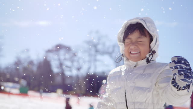 glada barn leker i snön - snow kids bildbanksvideor och videomaterial från bakom kulisserna
