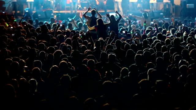 vídeos de stock, filmes e b-roll de alegre multidão no show - músico pop
