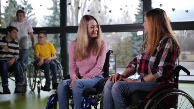 コミュニケーション中の明るい障害者 - disabilitycollection点の映像素材/bロール