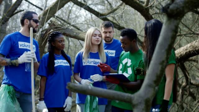cheerful diverse team of volunteers - t shirt filmów i materiałów b-roll