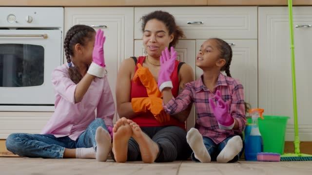 クリーンアップ後に高5を与える陽気な家族 - 家の雑用点の映像素材/bロール