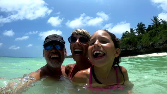 glad familj spinning i havet på tropiska semestrar - semester bildbanksvideor och videomaterial från bakom kulisserna