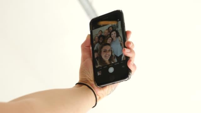 vidéos et rushes de femmes gaies prenant le selfie dans le studio de forme physique - photophone
