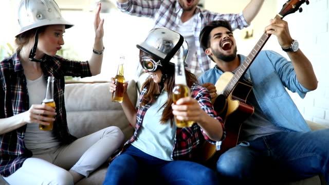 陽気な友人パーティーを一緒に持つと楽器を演奏 - ミュージシャン点の映像素材/bロール