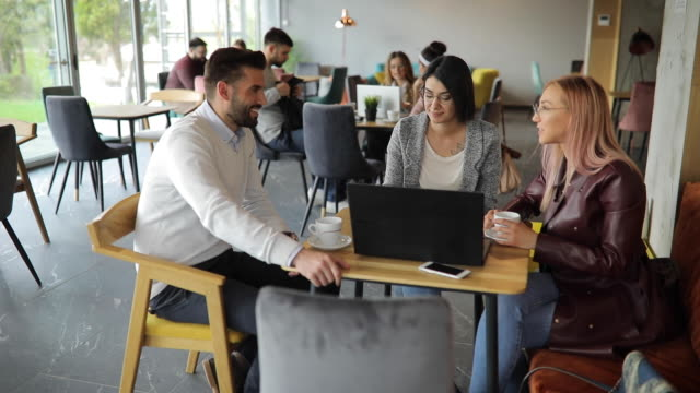 Fröhliche Freunde mit Laptop im Café – Video