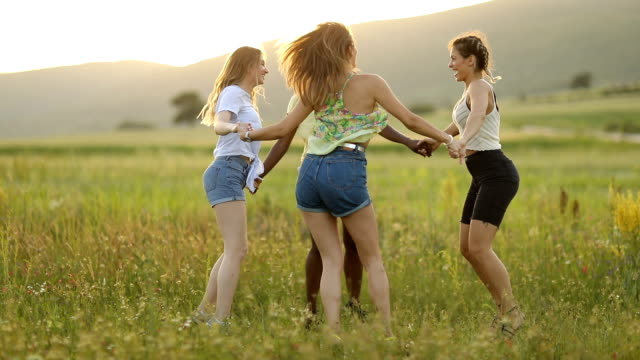 Cheerful girlfriends having fun in nature - vídeo