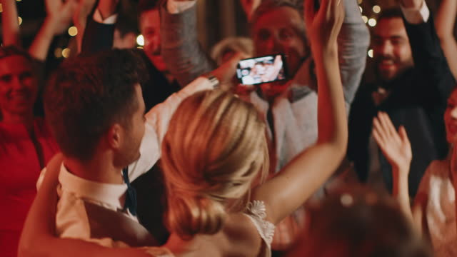 vídeos de stock, filmes e b-roll de convidados alegres que aplaudem para pares da dança - casamento