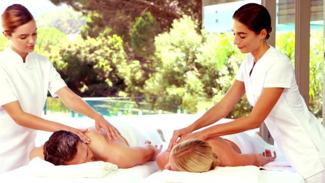 Alegre pareja relajante masajistas de mensajes - vídeo