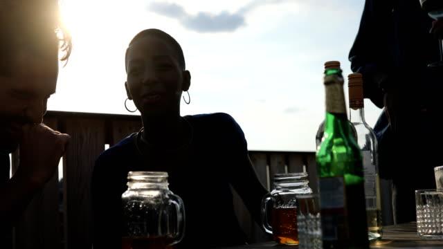 glada multietniska vänner njuter med drycker - konserveringsburk bildbanksvideor och videomaterial från bakom kulisserna