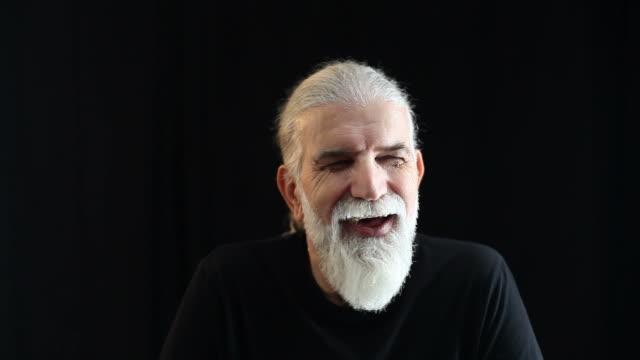 Alegre hombre mayor sonriendo y expresando emoción positiva - vídeo