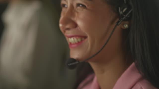vídeos de stock e filmes b-roll de cheerful service culture - dedicação