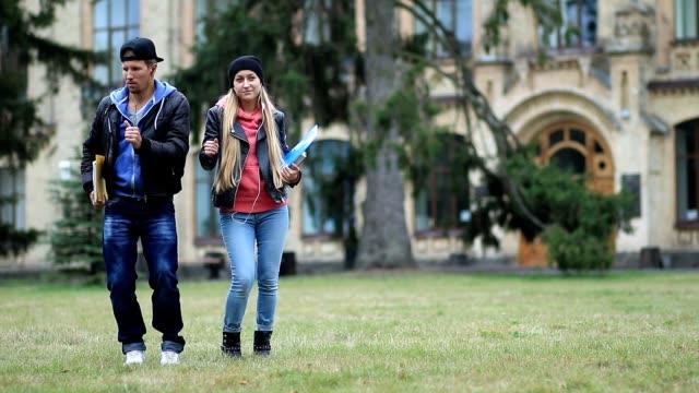 Fröhlichen Studenten auf dem Campus Rasen tanzen – Video